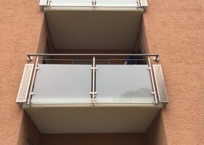 Balkongeländer-Glasfüllung-Edelstahlbelch
