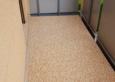 Balkonsanierung-Steinteppich-mit-Sockelspachtelung