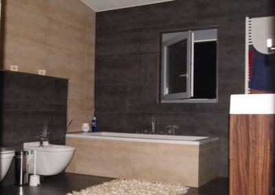 neues-bad-badplanung-kontrastreiches-baddesign-mit-feinsteinzeug